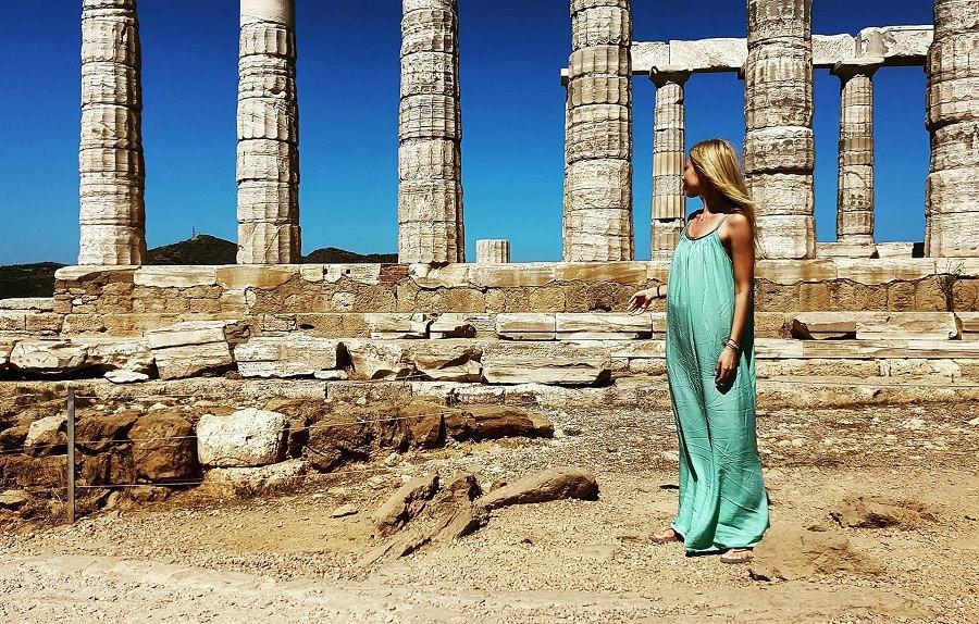 Η Μαρκέλλα Σαράιχα στον Ναό του Ποσειδώνα στο Σούνιο