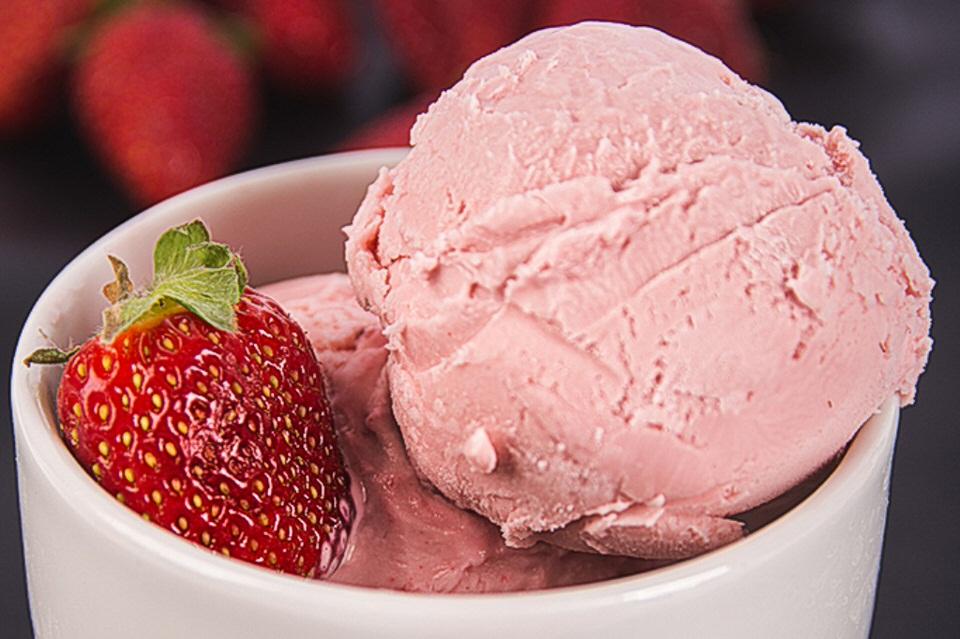 Συνταγή για παγωτό φράουλα με 3 υλικά!