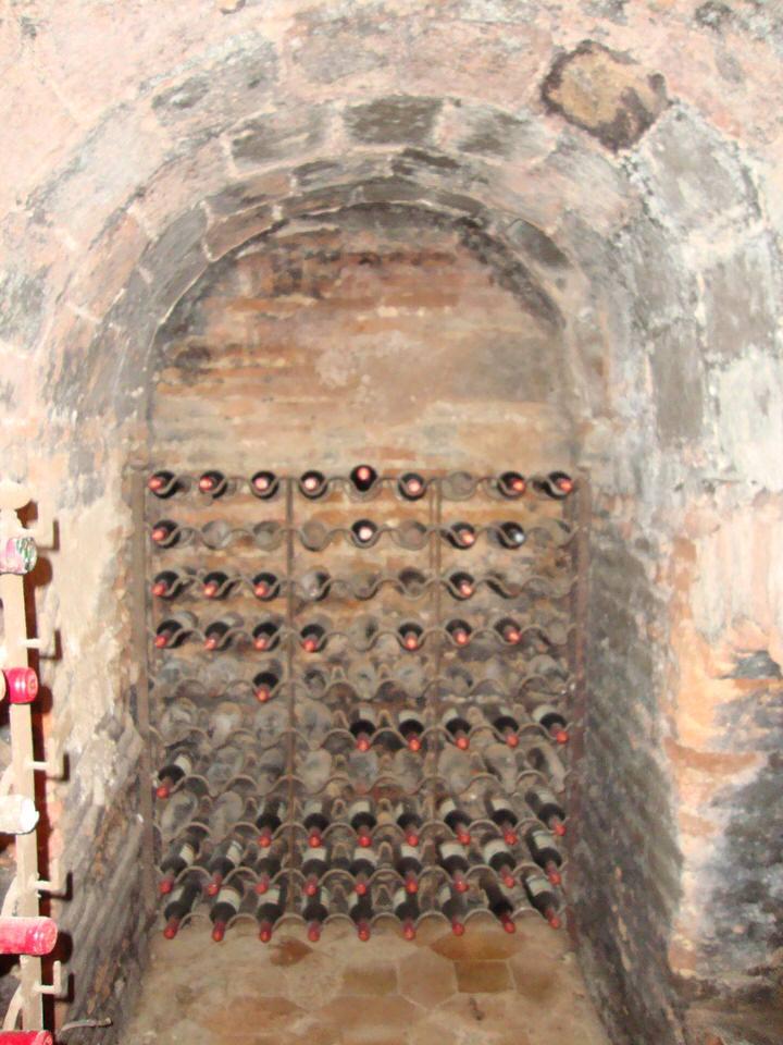 H Bίβιαν Μητσάκου μας ξεναγεί στην πιο παλιά ταβέρνα του κόσμου