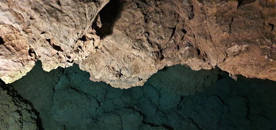 Η Μαρκέλλα Σαράιχα σε ξεναγεί στο Σπήλαιο Λιμνών στα Καλάβρυτα
