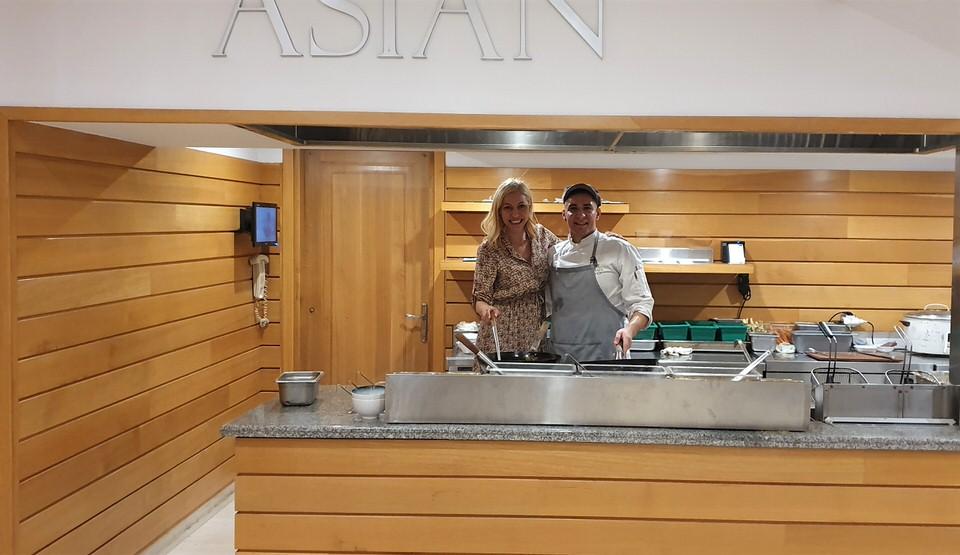 Η Μαρκέλλα Σαράιχα στο ασιατικό εστιατόριο του Alila Resort Spa