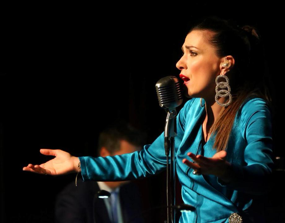 Η Φωτεινή Δάρρα στο Μέγαρο Μουσικής  Η συμφωνική μουσική συναντά το μπουζούκι