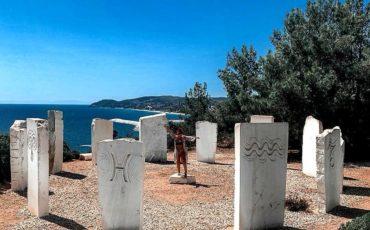 Κορώνα των Λιμεναρίων: Οι 12 ολόλευκες πλάκες που είναι χαραγμένα τα σύμβολα του Ζωδιακού Κύκλου!
