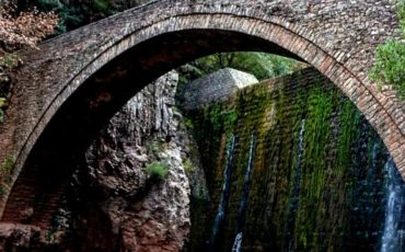 Tαξίδι στο πέτρινο γεφύρι της Παλαιοκαρυάς