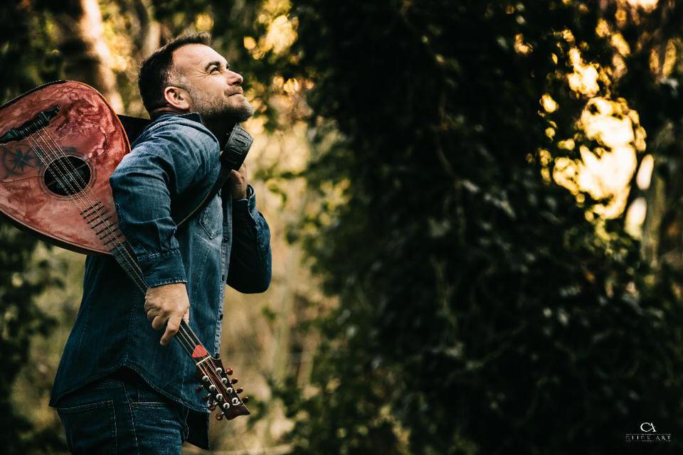 Γιώργος Παντερής: Ο τραγουδοποιός από την Κρήτη που κάνει θραύση στην Αθήνα