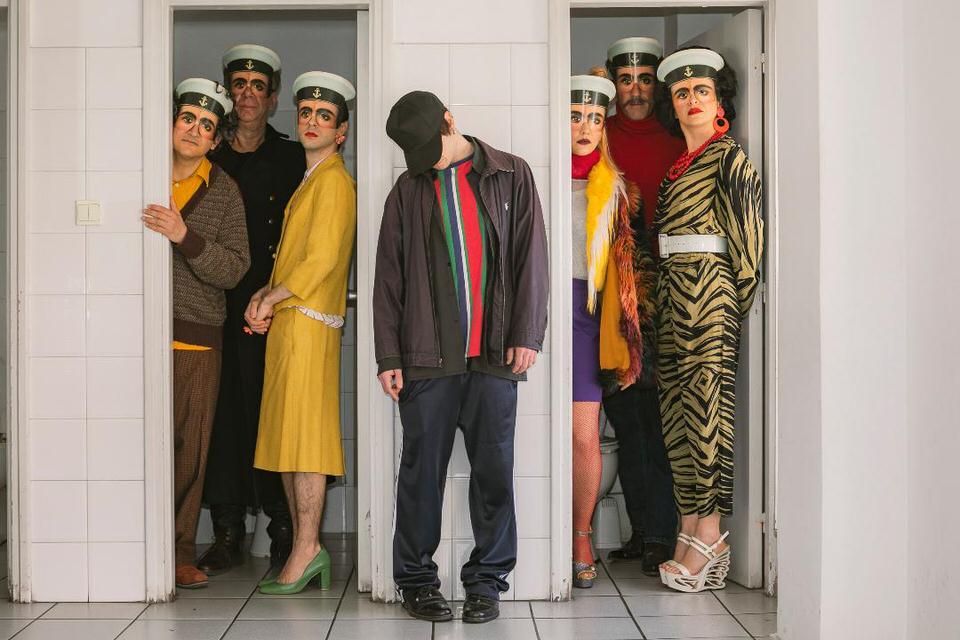 Το Εθνικό Θέατρο παρουσιάζει για πρώτη φορά στην Ελλάδα τη μαύρη κωμωδία Παίζοντας το θύμα