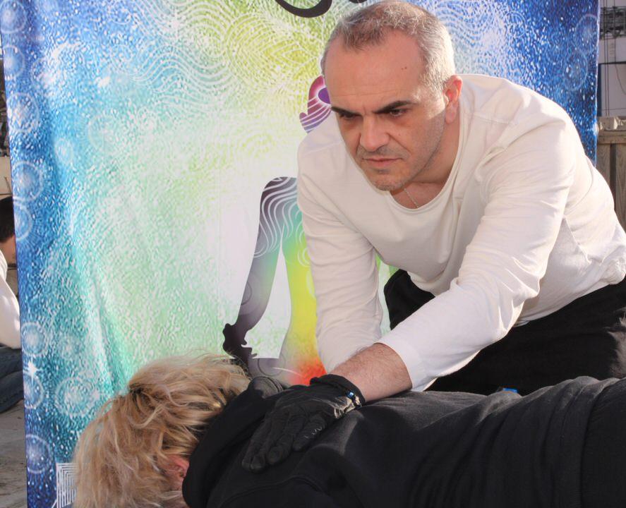 Reiki Wellness at Home: Ο γνωστός θεραπευτής, Γιάννης Σασσάς μας αναλύει τη φιλοσοφία του Ρέικι κι όσα θέλεις να μάθεις γι' αυτό