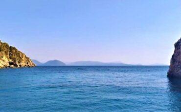 Αγιοφίλι: Η εξωτική παραλία της Λευκάδας με τα γαλαζοπράσινα νερά