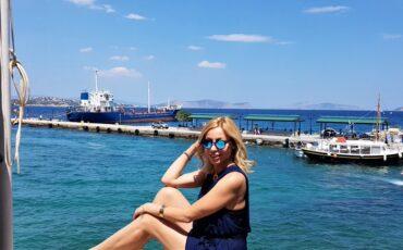 H Μαρκέλλα Σαράιχα σε ξεναγεί στην Ντάπια στις Σπέτσες