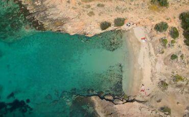Μικρή Χαμολιά: Η ομορφότερη κρυφή παραλία της Αττικής (video)