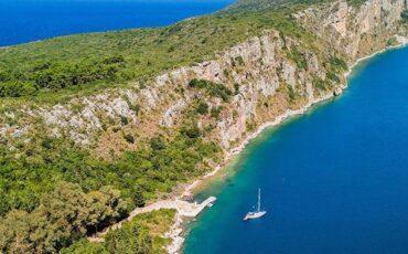Σφακτηρία: Ταξίδι στο άγνωστο ελληνικό νησί και η τραγική ιστορία πίσω από το όνομά του