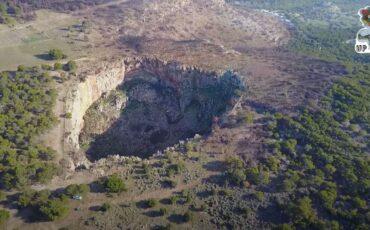Χάος: Ο κρατήρας της Αττικής που εντυπωσιάζει τους επισκέπτες (video)