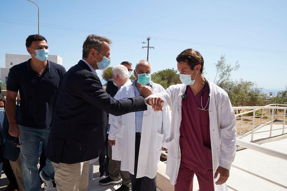 Αποστολή στην Σαντορίνη: Ο Κυριάκος Μητσοτάκης επισκέφθηκε το νοσοκομείο και το Ακρωτήρι