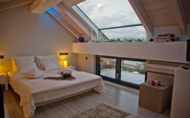 Η Μαρκέλλα Σαράιχα σου παρουσιάζει το Seacret Apartments στην παραλία Άκολη