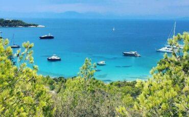 Ζωγεριά: Βουτιές στα γαλαζοπράσινα νερά της φημισμένης παραλίας των Σπετσών