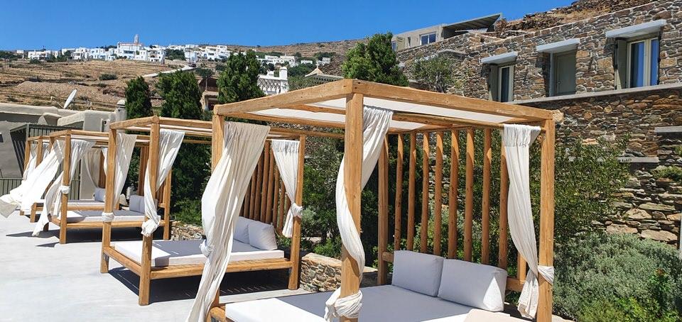 Aeolis Tinos Suites: Η ωραιότερη διαμονή στην Τήνο που συνδυάζει την πολυτέλεια με την παράδοση