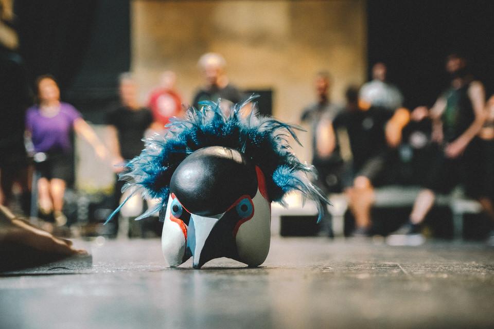Όρνιθες: Η διαχρονική κωμωδία του Αριστοφάνη παρουσιάζεται από το Κρατικό Θέατρο Βορείου Ελλάδος