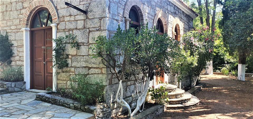 Προφήτης Ηλίας: Το travelgirl.gr σε ξεναγεί στο ξωκλήσι της Σκιάθου και σου διηγείται την ιστορία του