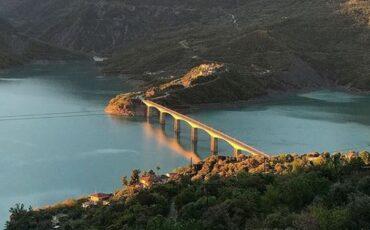 Ψηλόβραχος: Ένα χωριό πνιγμένο στα έλατα με θέα τη λίμνη Τριχωνίδα!