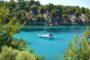 Αλυκή: Βουτιές στα γαλαζοπράσινα νερά της φημισμένης παραλίας της Θάσου