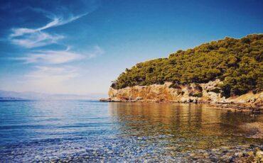 Αγκίστρι: Βουτιές στην παραλία Δραγονέρα με τα γαλαζοπράσινα νερά!