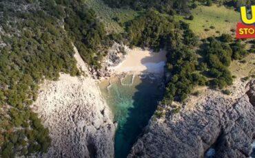 Γλώσσα: Η ομορφότερη φυσική πισίνα (απανεμιά) της Μεσογείου από ψηλά (video)