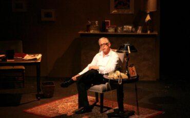 Onassis. The play: Ο συγκλονιστικός μονόλογος με τον Anthony Skordi στο Θερινό Θέατρο Λαμπέτη