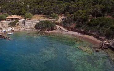 Στέρνα: Η κρυφή παραλία στο Λουτράκι με τα γαλαζοπράσινα κρυστάλλινα νερά! (video)