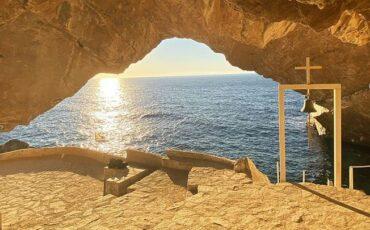 Ταξίδι στην Σύρο: Το εκκλησάκι του Αγίου Στέφανου με την μοναδική θέα στο Αιγαίο