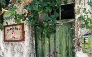 Αβδού: Δεν πάει ο νους σας τι υπάρχει έξω από κάθε σπίτι του πανέμορφου Μινωικού χωριού (video)