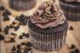 Συνταγή για σοκολατένια cupcakes με 3 υλικά!