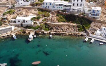 """Ταξίδι στην Σίφνο: """"Πετώντας"""" πάνω από την Χερρόνησο ένα πανέμορφο ψαροχώρι (video)"""