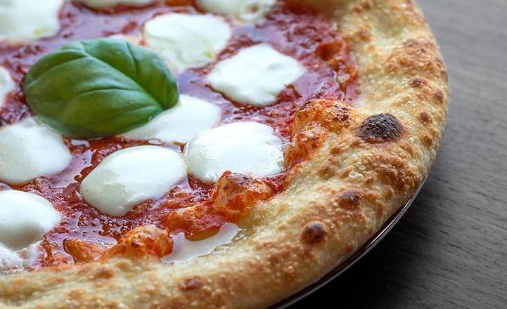 Συνταγή για σπιτική αφράτη πίτσα!