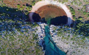 Η Λίμνη του Παπά: Η άσ(χ)ημη δίδυμη παραλία της διάσημης Βοϊδοκοιλιάς με το παράξενο όνομα (video)