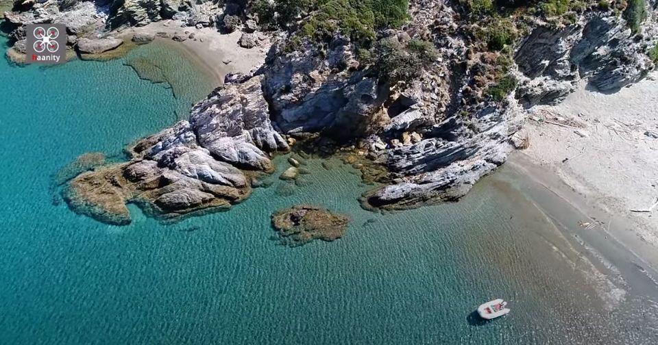 Σούρζα Μπουτ: Βουτιά στο απέραντο γαλάζιο του Αιγαίου μόλις 2 ώρες από την Αθήνα (video)