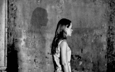 Κατερίνα: Η παράσταση του Γιώργου Νανούρη με τη Λένα Παπαληγούρα επιστρέφει στο θέατρο Βεάκη
