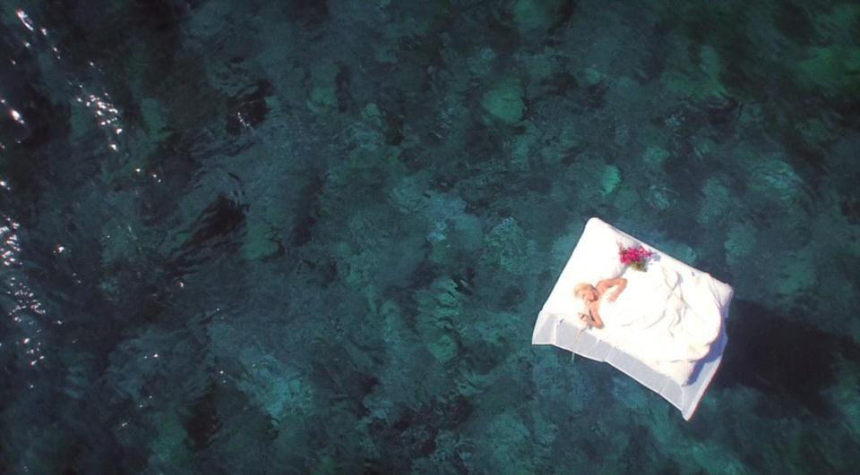 """""""Hold On"""": Η Τάμτα ξανά σε ρόλο σκηνοθέτη! Δείτε το νέο της κλιπ που γυρίστηκε στο Σαρακήνικο της Μήλου"""