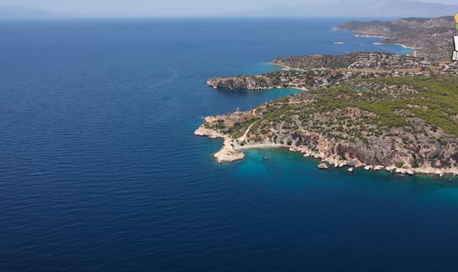 Κόγχη: Η κρυφή νοτιότερη παραλία της Σαλαμίνας με το Φάρο που θα σας ταξιδέψει στο Αιγαίο