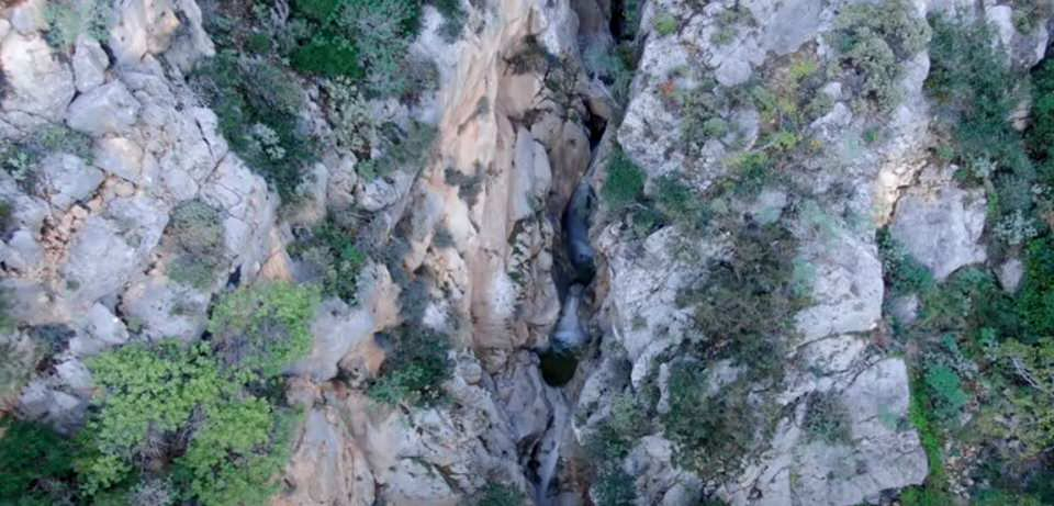 Φαράγγι Μύλων: Ο άγνωστος επίγειος παράδεισος της Αττικής από ψηλά
