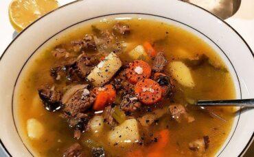 Συνταγή για την πιο διάσημη σούπα του χειμώνα με μοσχαράκι