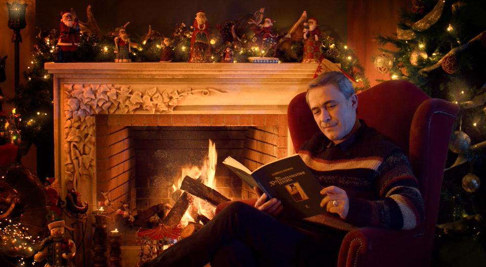Ο Θανάσης Κουρλαμπάς μας ταξιδεύει σε… «Μια Χριστουγεννιάτικη Ιστορία»! (video)