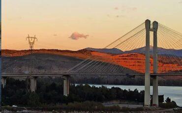 Το travelgirl.gr σου παρουσιάζει την Κρεμαστή Γέφυρα της Χαλκίδας που κρέμεται από 144 συρματόσχοινα!
