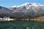 Χιονισμένα Τρίκαλα Κορινθίας και Λίμνη Δόξα: Το απόλυτο Αλπικό τοπίο της Κορινθίας από ψηλά (video)
