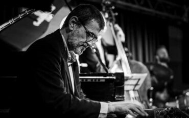"""Ο Γιώργος Κοντραφούρης παρουσιάζει το τελευταίο του άλμπουμ """"The Passing"""" σε online streaming"""