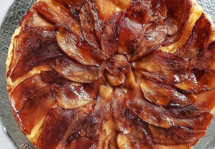 Συνταγή για ανάποδη τάρτα με μπανάνες, καραμέλα και καρύδια