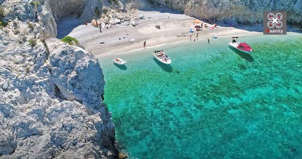 "X-Beach: Η παραλία με το μυστηριώδες όνομα που μοιάζει να ""απέδρασε"" από το Ιόνιο κοντά στην Αθήνα"