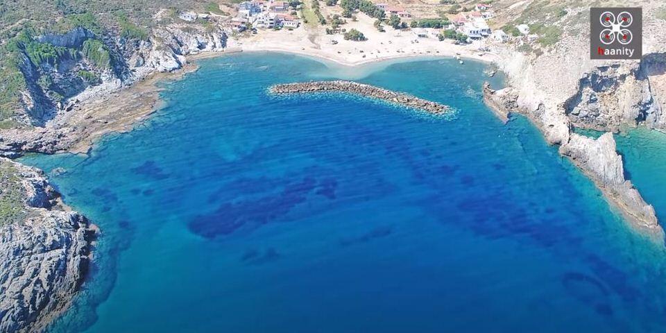 Η άγνωστη παραλία με τον περίεργο κυματοθράστη σε σχήμα «μπανάνας», που τη μετέτρεψε σε παράδεισο