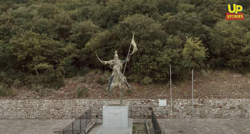 """Ραμοβούνι Μεσσηνίας: Ο """"λαβωμένος"""" ανδριάντας του Θέοδωρου Κολοκοτρώνη στον τόπο της γέννησης του"""