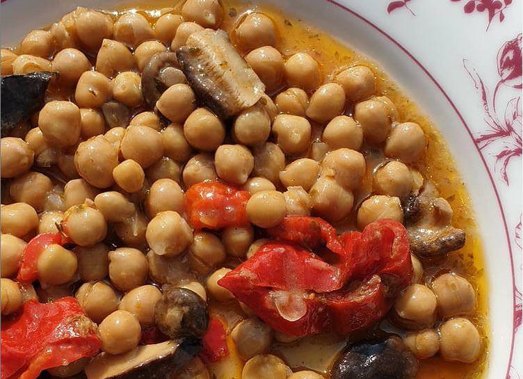 Νηστίσιμη συνταγή για ρεβύθια με ρύζι και μανιτάρια