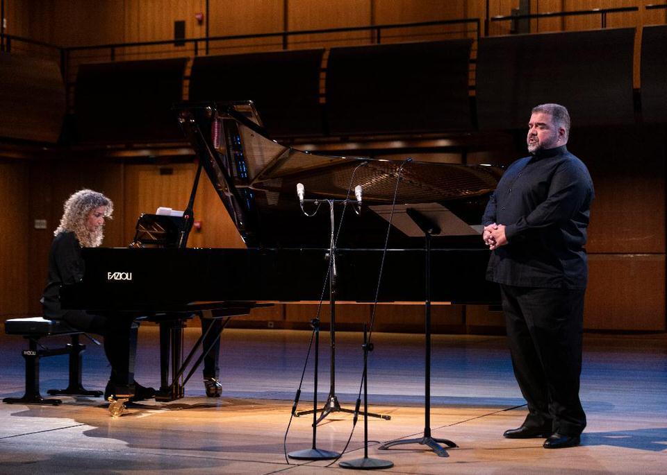 Ο βαρύτονος Δημήτρης Πλατανιάς, οι πιανίστες Στέφανος Θωμόπουλος, Λορέντα Ράμου, Σοφία Ταμβακοπούλου, η εικαστικός Λήδα Παπακωνσταντίνου και το Galan Trio παρουσιάζουν έργα των Λαμπελέτ, Ξύνδα, Σαμάρα, Καμηλιέρη, Σπάθη, Καλομοίρη, Κωνσταντινίδη, Ξενάκη, Θεοδωράκη, Κουμεντάκη σε τέσσερα βιντεοσκοπημένα ρεσιτάλ. Το 4ο Διαδικτυακό Φεστιβάλ θα προβληθεί εξ ολοκλήρου μέσω της GNO TV και, όπως και στα τρία προηγούμενα φεστιβάλ, οι προβολές θα είναι δωρεάν, ενώ τα βίντεο θα παραμείνουν στην πλατφόρμα για ένα μήνα μετά την πρεμιέρα τους.